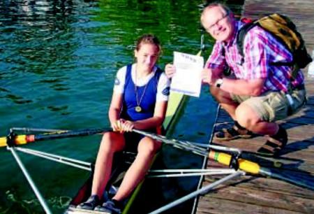 Starke Ruder-Familie: Susanne Krummel gewann das Einer-Rennen über 300 Meter, Trainer Thomas Krummel gratuliert.