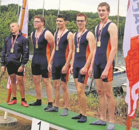 Stolz wie Oskar: Der Hankensbütteler Vierer mit Steuermann Valentin Koch (v. l.), Steffen Dralle, Lorenz Ernst, Jan-Niklas Falke und Heiko Drögemüller holte sich den Landesmeistertitel.